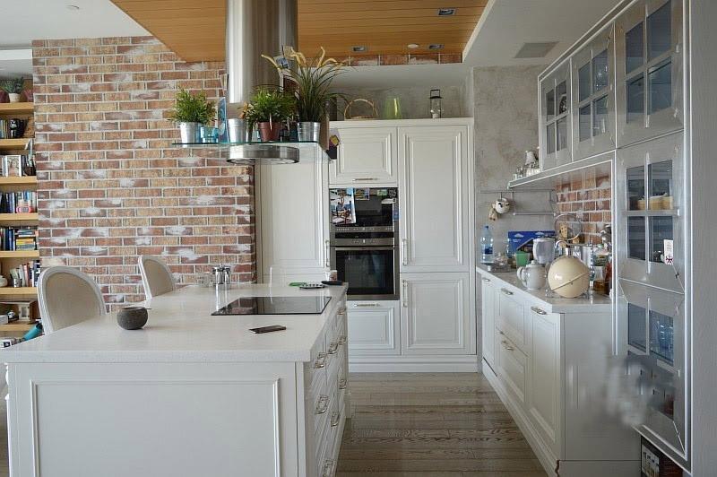 квартира студия для съёмок в москва сити белая кухня с островом